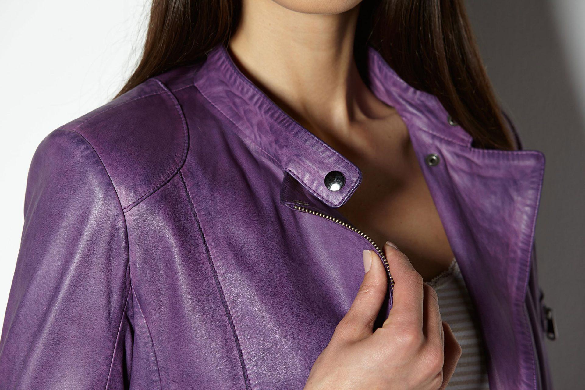 Nahaufnahme eines Kragens einer violetten Lederjacke