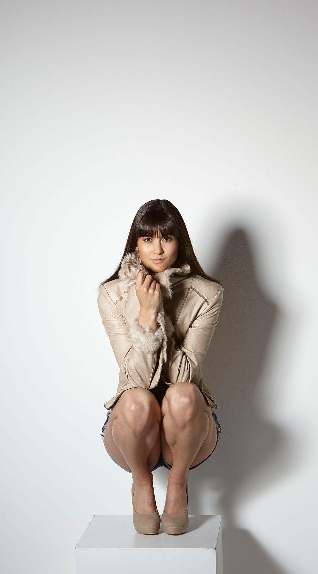 Modeaufnahme einer beigen Lederjacke mit Pelz.