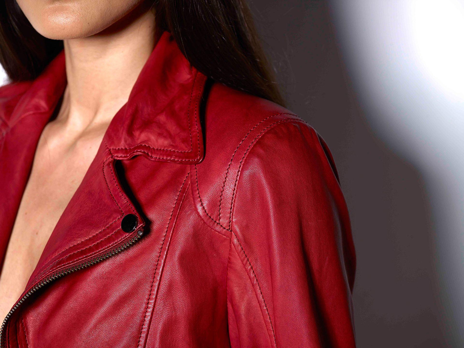 Nahaufnahme eines Kragens einer roten Lederjacke.