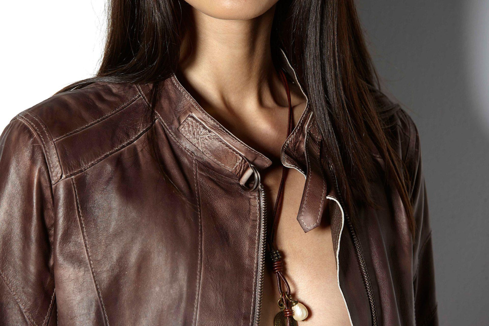 Nahaufnahme eines Kragens einer braunen Lederjacke
