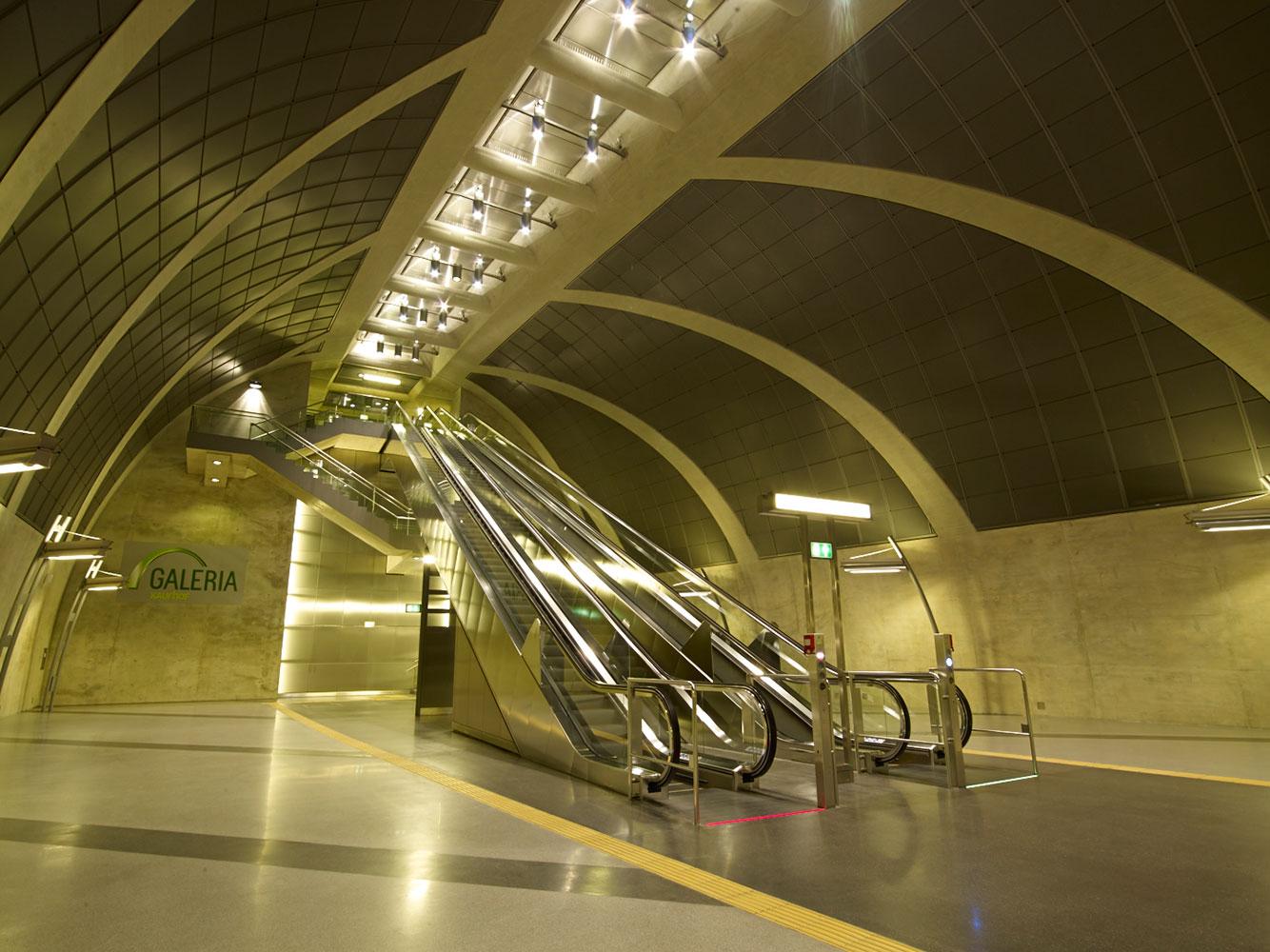 Rolltreppen in der U-Bahn Haltestelle Heumarkt.
