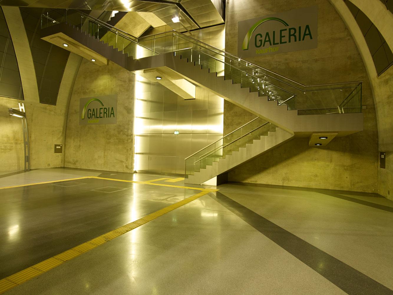 Treppenaufgang in der U-Bahn Haltestelle Heumarkt.