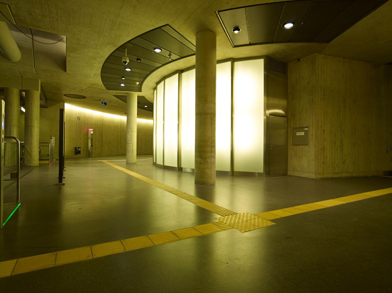 Lampeninstallation in der U-Bahn Haltestelle Heumarkt Köln
