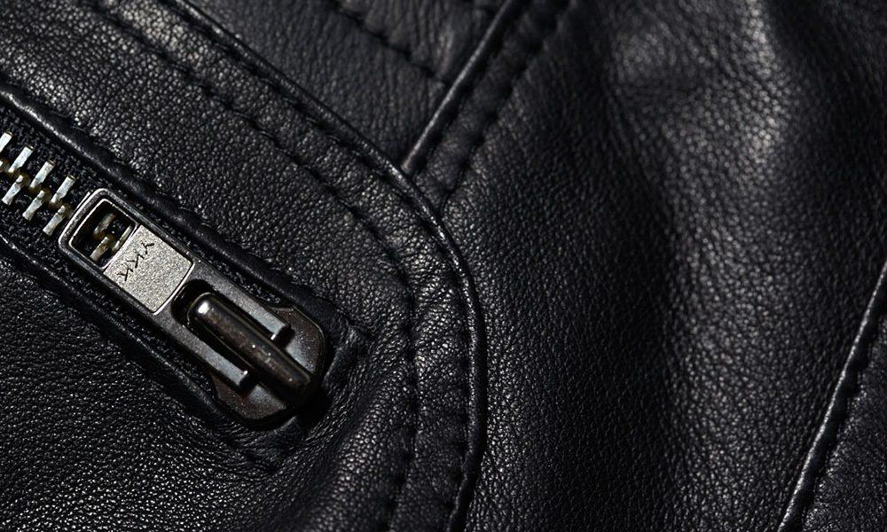 Nahaufnahme eines Reißverschlusses einer Lederjacke