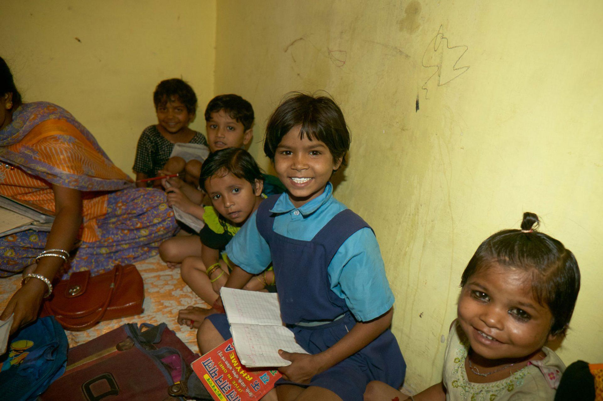 Kinder schauen in die Kamera, das Bild entband in einer Schule in Indien.