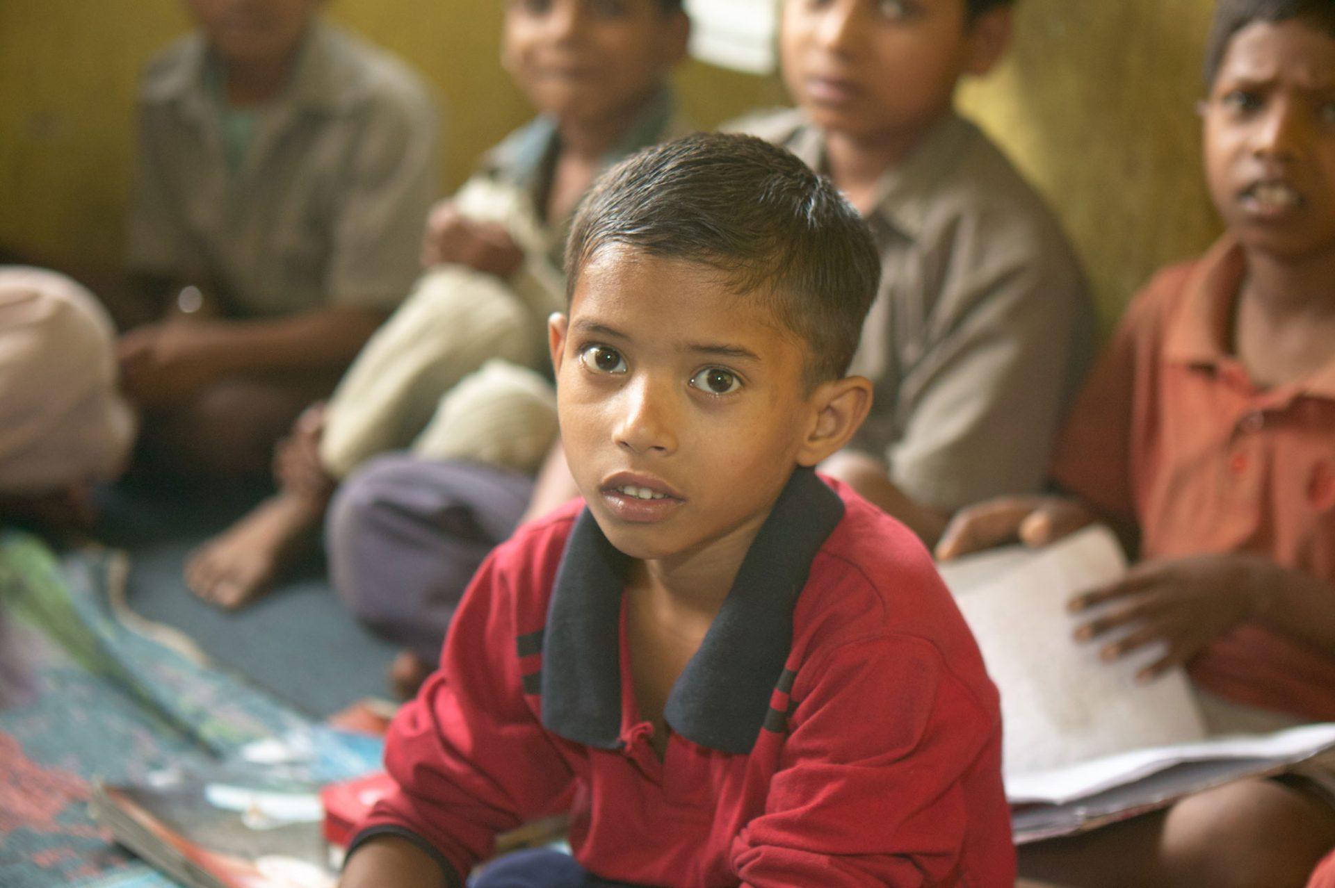 Ein Kind schaut in die Kamera, das Bild entband in einer Schule in Indien.