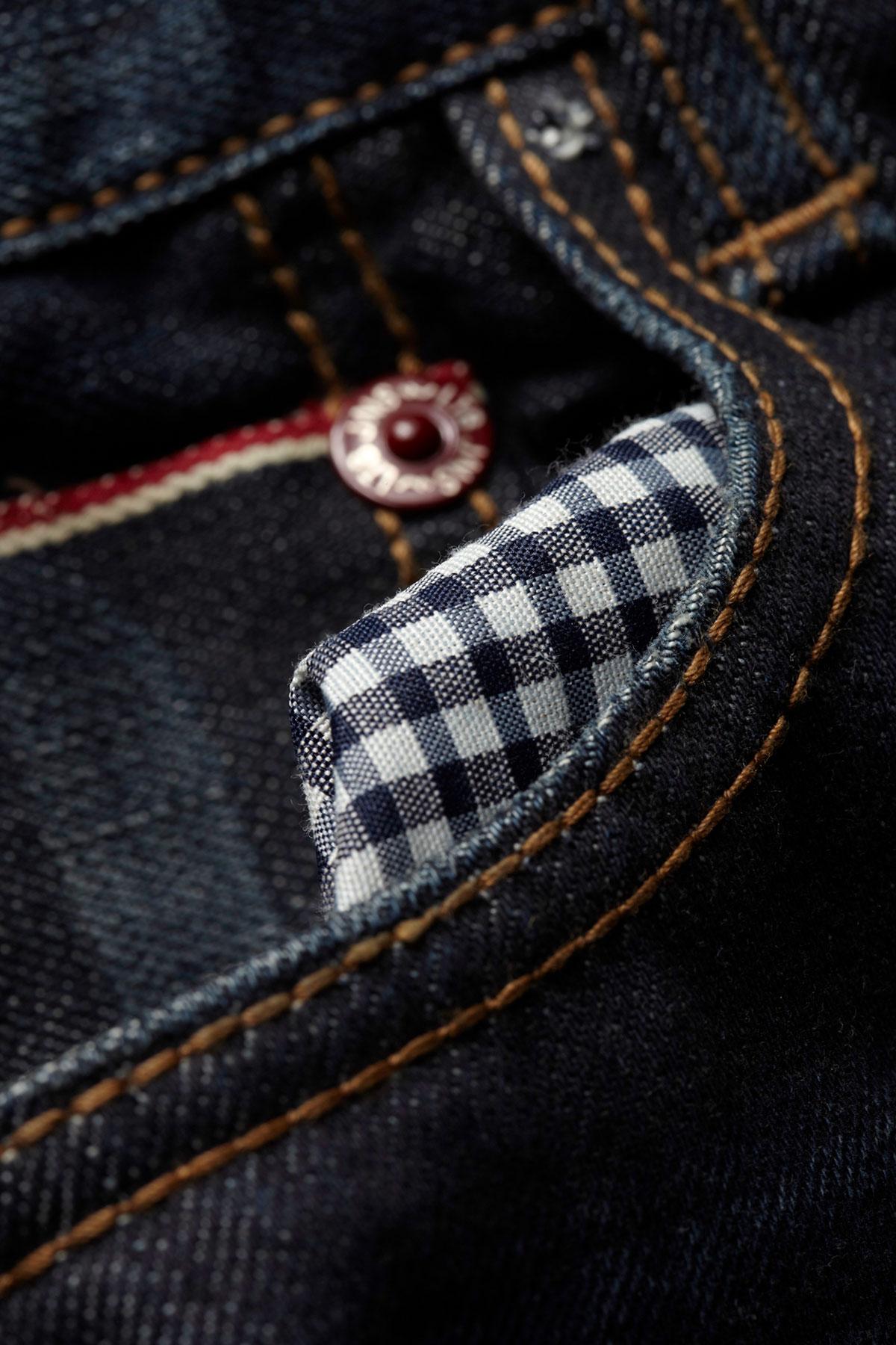 Close-up-Fotografie einer Jeanstasche der Marke LTB.