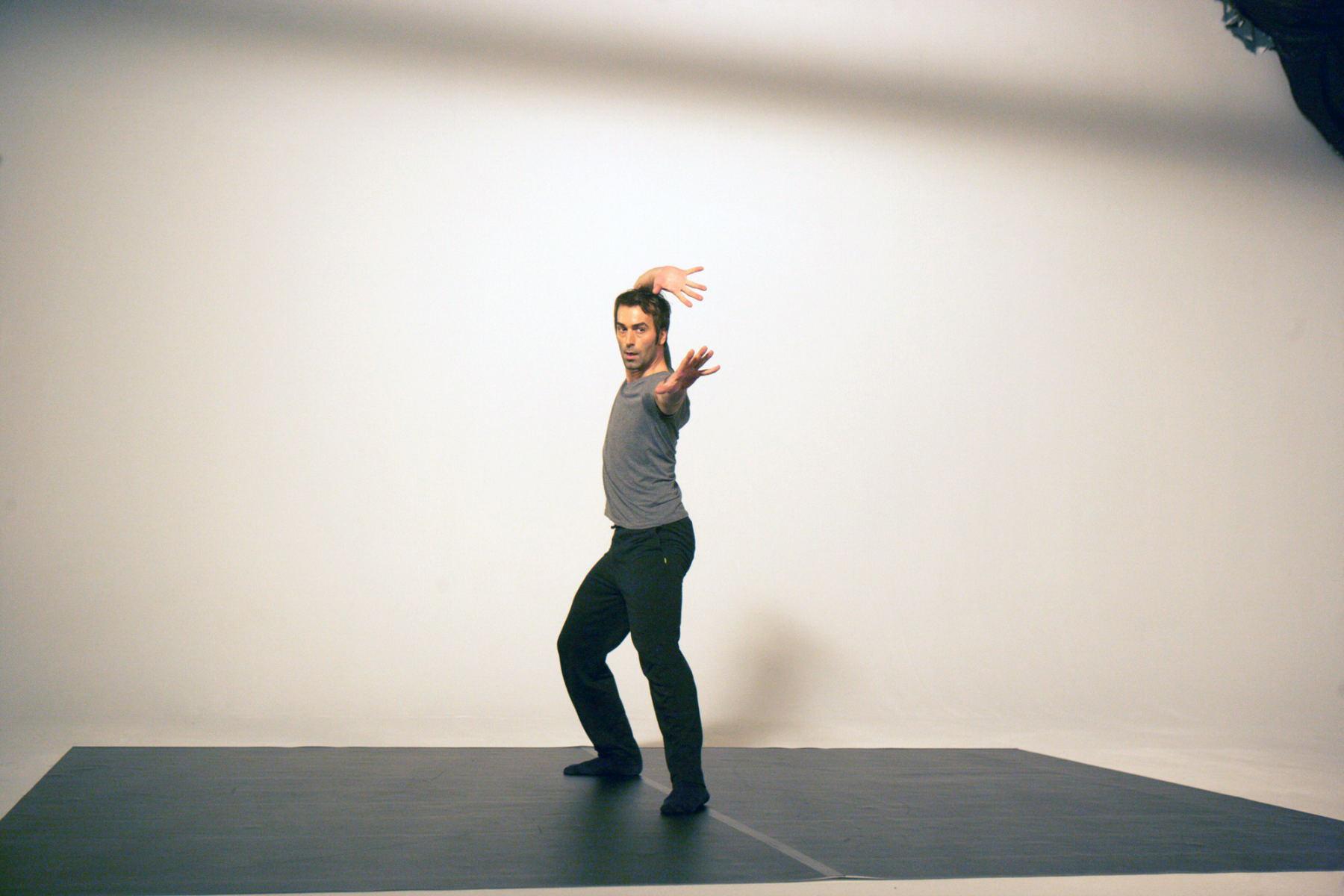 Ein Mann tanzt in einem Studio. Die Bilder wurden für ein freies Filmprojekt im Studio Saibou in Köln aufgenommen.