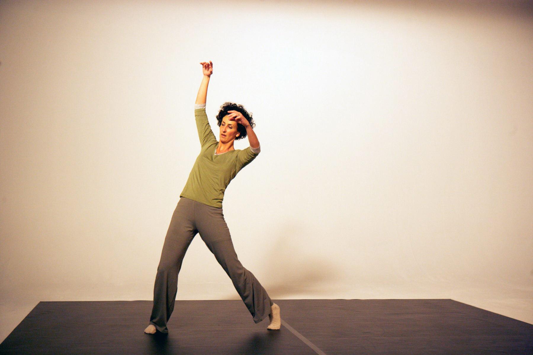Eine Frau tanzt in einem Studio. Die Bilder wurden für ein freies Filmprojekt im Studio Saibou in Köln aufgenommen.