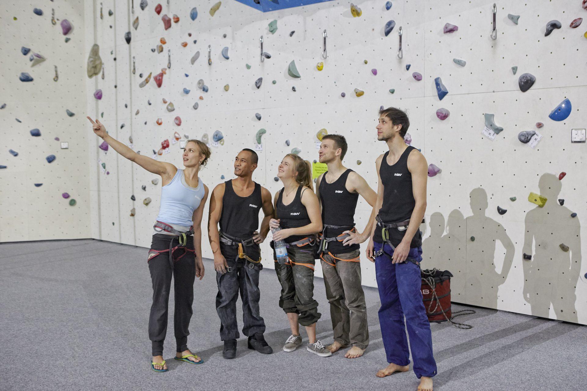 Teambesprechung in Kletterhalle. Fotograf: Jörg Saibou, Köln.