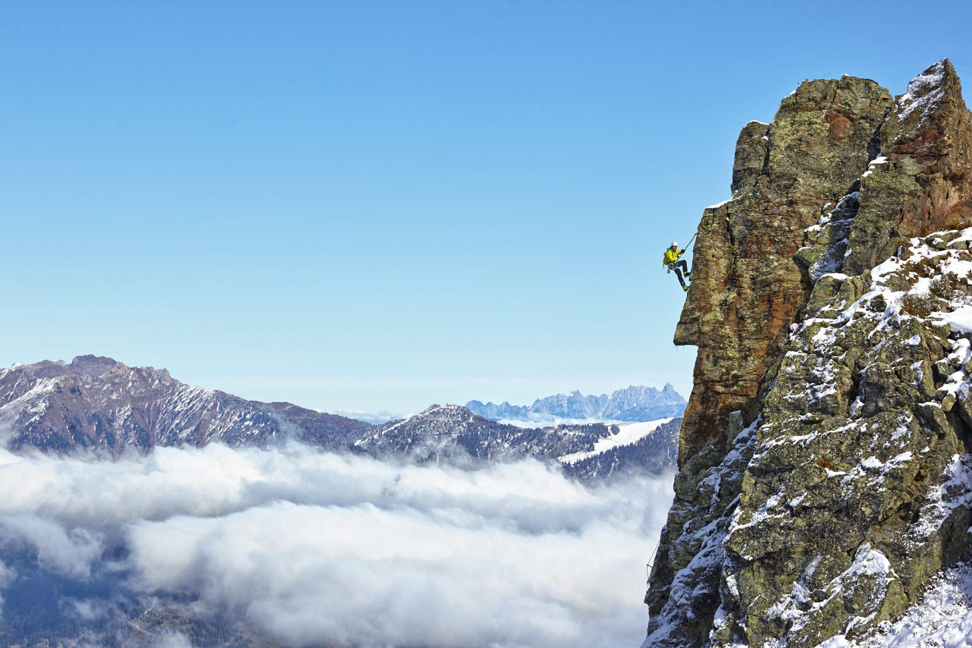Ein Mann erklimmt einen Gipfel. Fotograf: Jörg Saibou, Köln.