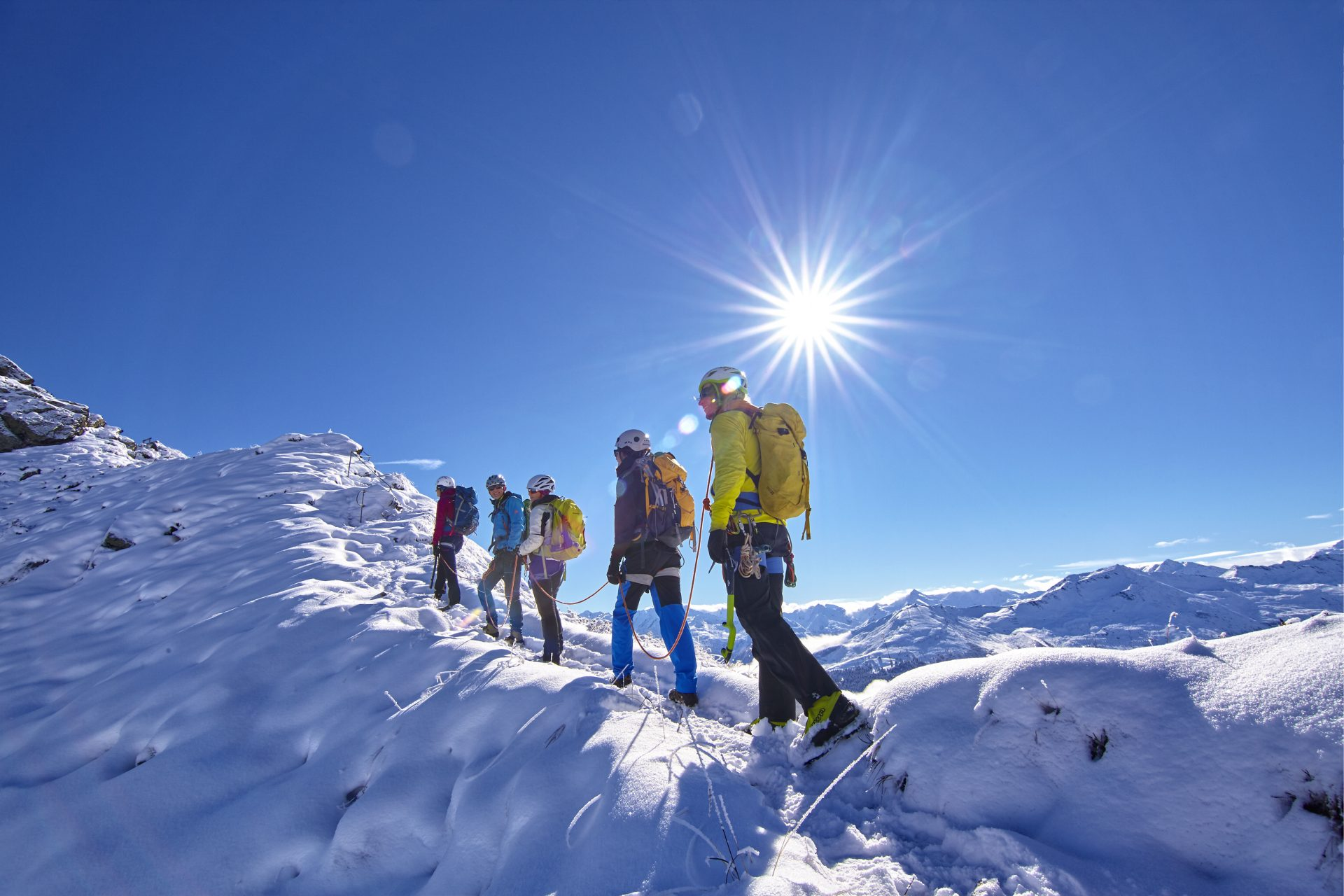 Fünf Kletterer besteigen einen schneebedeckten Gipfel. Fotograf: Jörg Saibou, Köln.